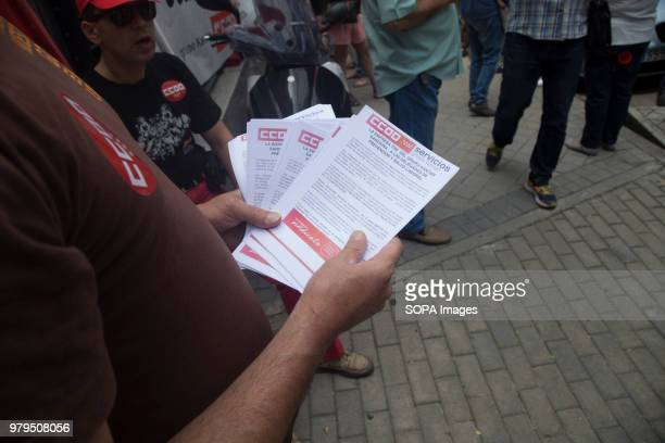 Syndicalist show the demands of the CCOO union