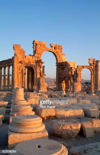 syria, palmyra, monumental arch - palmyra foto e immagini stock