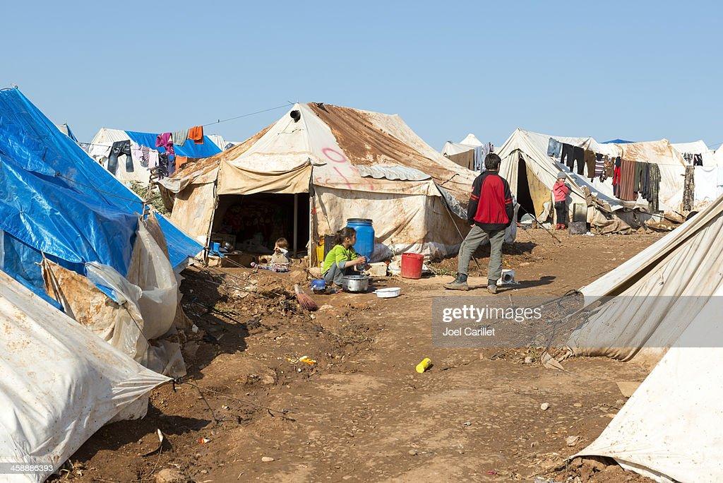 シリアでお子様の混雑した難民キャンプ : ストックフォト