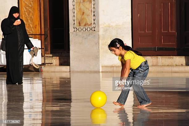 Syrische Mädchen mit gelben ball im Umayyad Mosque in Damaskus