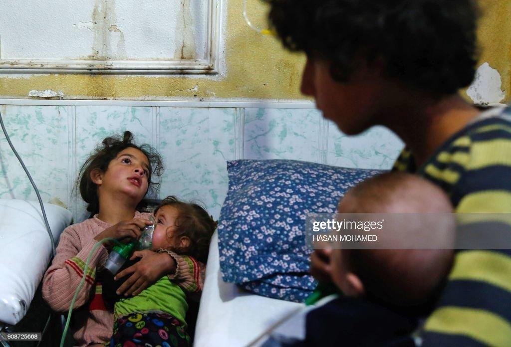 TOPSHOT-SYRIA-CONFLICT-DOUMA : News Photo