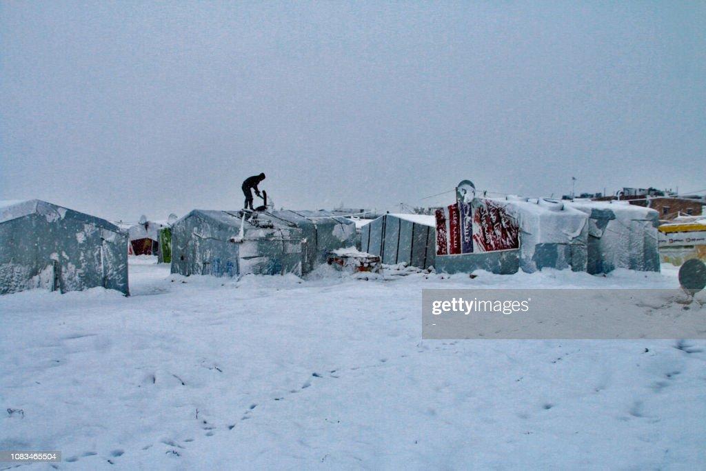 TOPSHOT-LEBANON-SYRIA-REFUGEES-SNOW : ニュース写真