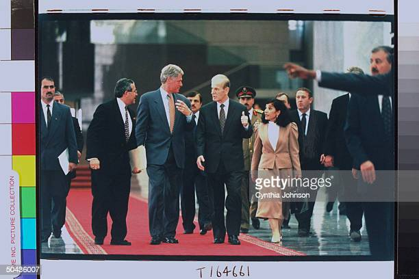 Syrian Pres Assad chatting up Bill Clinton treading red carpet w entourage in tow during arrival fete for Mideasthopping US Pres