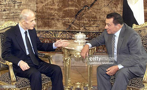 Syrian President Hafez alAssad meets with his Egyptian counterpart Hosni Mubarak in Cairo 08 May 2000 Assad is visiting Egypt to discuss the deadlock...