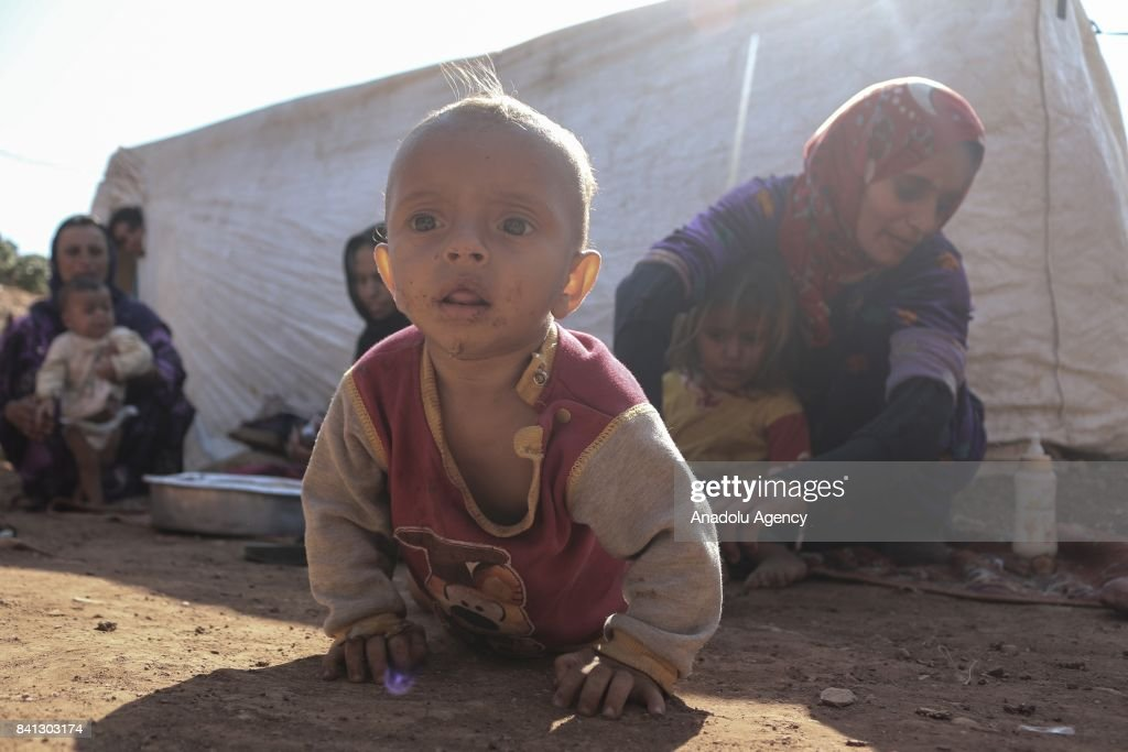 A group of refugees live in harsh conditions in Turkey's Syrian border : News Photo