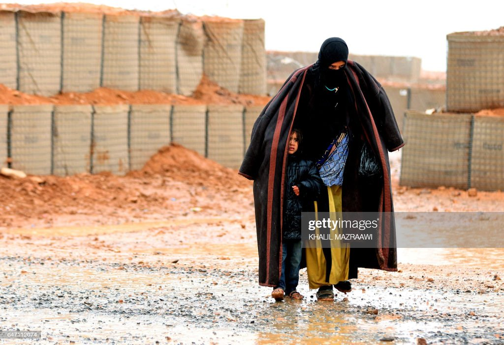 TOPSHOT-JORDAN-SYRIA-REFUGEES-BORDER : News Photo