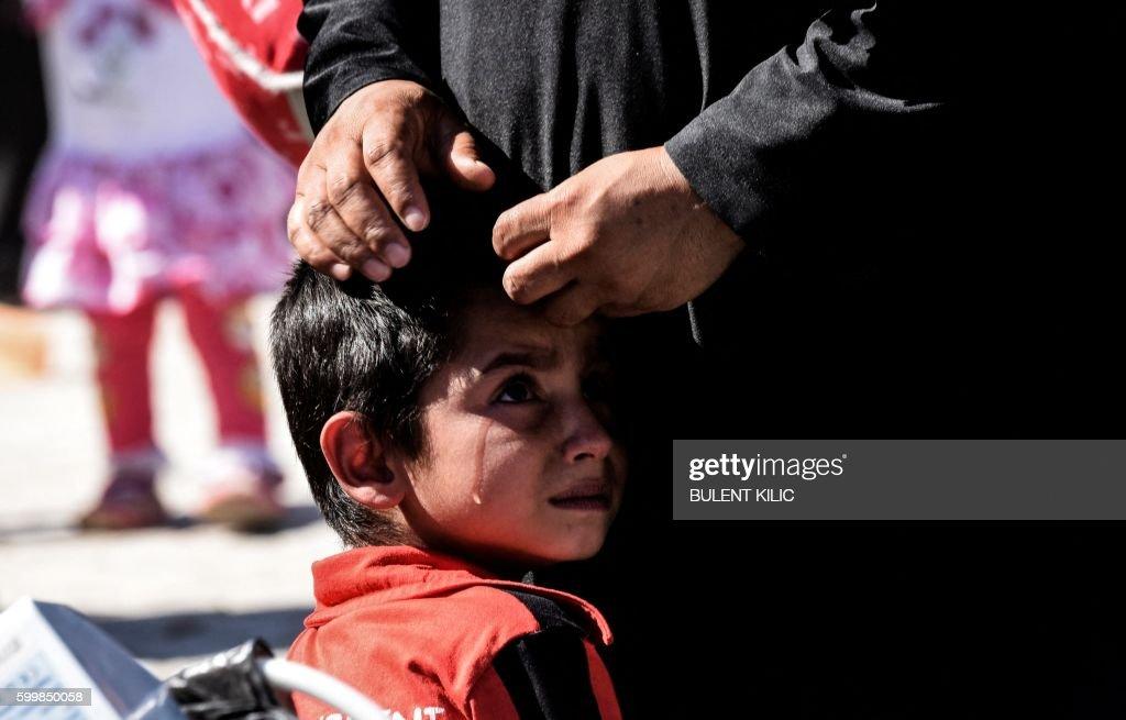 TOPSHOT-TURKEY-SYRIA-ARMY-REFUGEES : Nachrichtenfoto