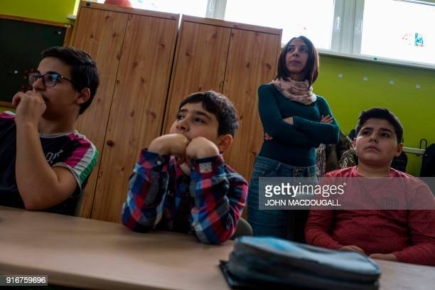 Syrian teaching assistant Hend Al Khabbaz coaches young Syrian refugee pupils during class at the SigmundJaehnGrundschule in Fuerstenwalde eastern...