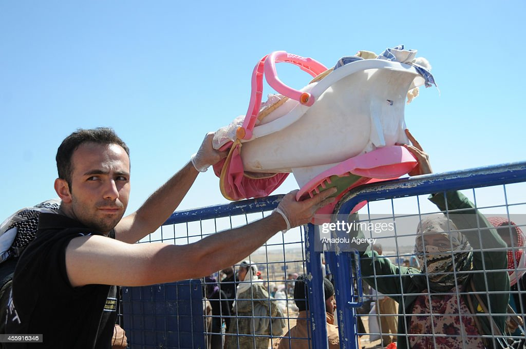 Turkey opens border crossing for Syrians escaping ISIL : News Photo