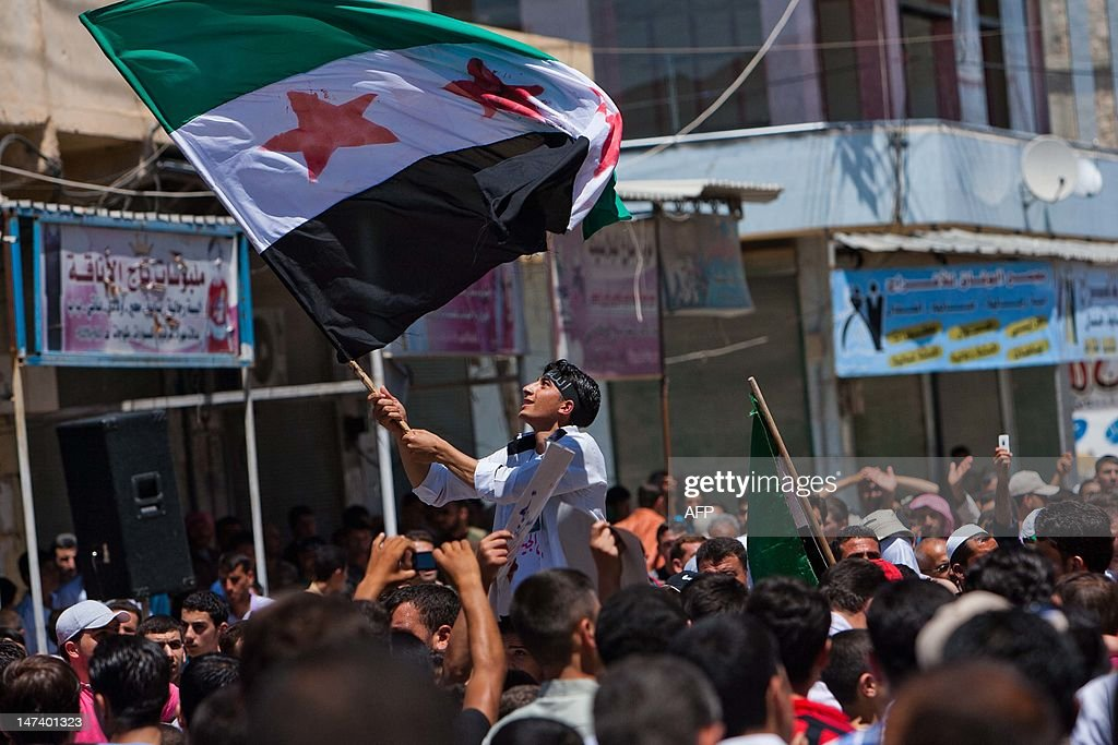 A Syrian youth waves the Syrian revoluti : News Photo