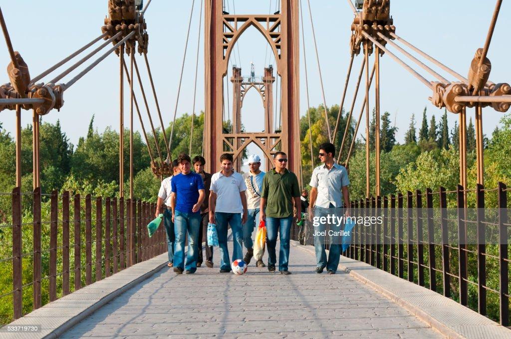 Siria attraversamento di Deir ez-Zur ponte sospeso con pallone da calcio : Foto stock