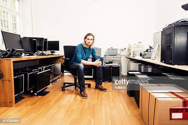 Systemadministrator mit vielen Details, Computer und Monitore
