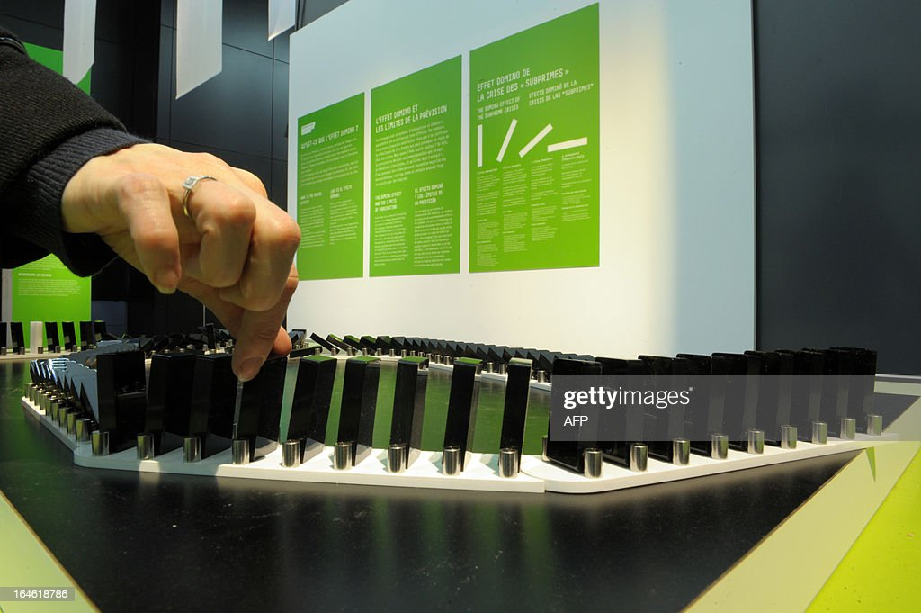 A system is presented to explain 'the domino effect' on March 25, 2013 prior to the opening of the exhibition 'L'Economie: krach, boom, mue ?' at the Cite des Sciences in Paris