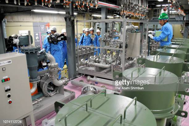 A system to decontaminate the pressure container is set up in the No1 reactor building at the Chubu Electric Power Co's Hamaoka Nuclear Power Plant...