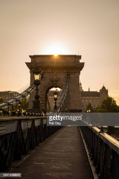 széchenyi chain bridge at sunrise - ponte das correntes ponte suspensa - fotografias e filmes do acervo