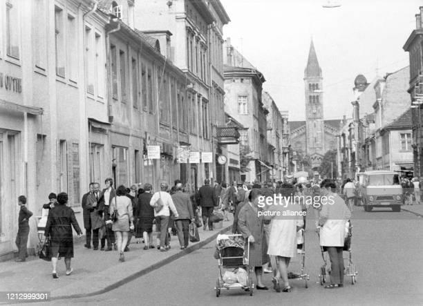 Szene auf der KlementGottwaldStraße mit der katholischen Kirche St Peter und Paul in Potsdam Aufnahme vom Mai 1972 Die Straße ist eine so genannte...