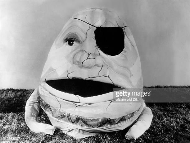 Szene aus dem Film'Alice im Wunderland''Humpty Dumpty' wird von WC Fieldsdargestellt 1933