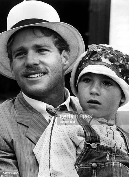 Szene aus dem US Film Paper Moon mitRyan O'Neal als Moses Pray undTatum O'Neal als Addie Loggins Regie Peter Bogdanovich Buch Alvin Sargent nach dem...