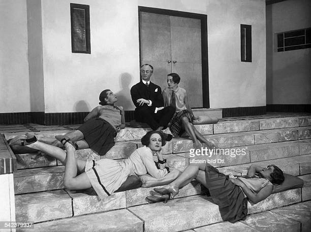 Szene aus 'Die Schule von Uznach`von Carl Sternheimvon reunten Pamela Wedekind NiniWillentz Edith Edwards BressartLennartzR HartungOrt Theater in der...