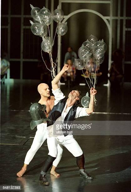 Szene aus 'Don Quichote' vl Osvaldo Ventriglia und Krysztof Choreographisches Theater von Johann Kresnik Premiere