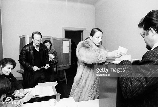 Wählerin bei der Stimmabgabe vor der Urne