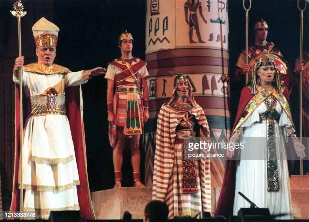 """Szenenbild aus der Oper """"Aida"""" der Arena di Verona mit Michail Ryssov als Re und Bruna Baglioni als Amneris , aufgenommen am während der Generalprobe..."""