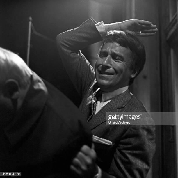 """Szenenfoto aus der Fernsehserie """"Der Kommissar"""", Deutschland 1970, Darsteller: Günther Schramm in Aktion."""