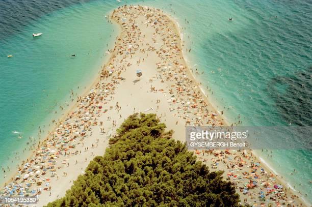 été en Croatie en 2003 --- le littoral dalmate et les îles. Vue aérienne de la plage très fréquentée de Bol , en forme de virgule, sur l'île de Brac.