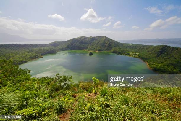 taal volcano crater surrounded by lush green vegetation - taal volcano 個照片及圖片檔