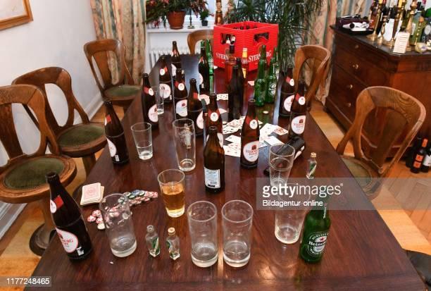 Table after the party bottles Tisch nach der Party Flaschen