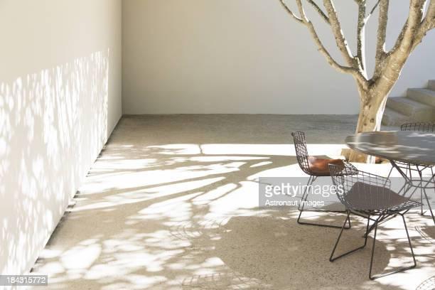 テーブルと椅子の鋳造影の中庭
