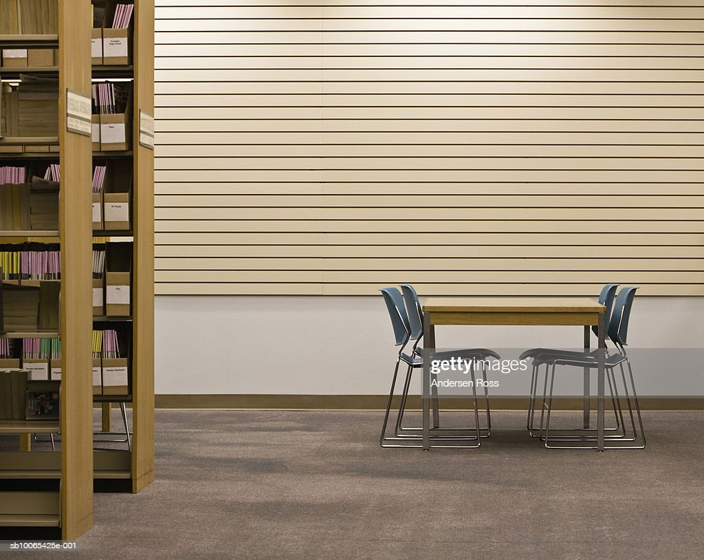 Table and chairs in library : Foto stock