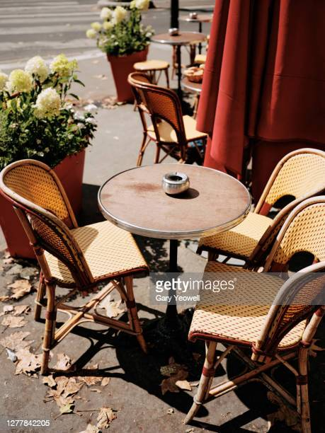 table and chairs outside a cafe in paris - lunch stock pictures, royalty-free photos & images