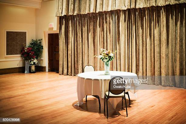 table and flowers in ballroom - balzaal stockfoto's en -beelden