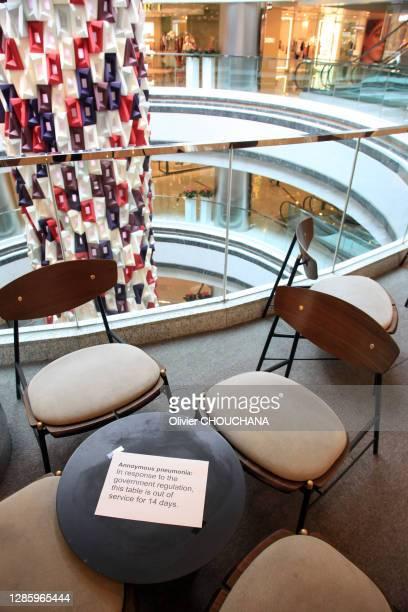"""Table dans un café """"en quarantaine"""" pour quatorze jours, non utilisable suite aux nouvelles mesures de prévention contre le Covid-19 le 2 avril 2020,..."""