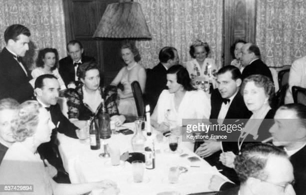A table de gauche à droite le comte Marone la reine Victoria Eugénie d'Espagne Don Juan la princesse de Rethy la princesse Mercedes le vicomte Juan...