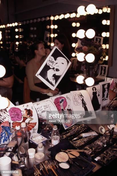 Table de maquillage dans les coulisses du défilé 4 novembre 1997 New York EtatsUnis