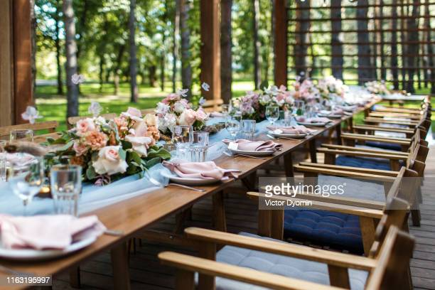 table decorations in gray and blue on rustic wedding - cerimonia di nozze foto e immagini stock