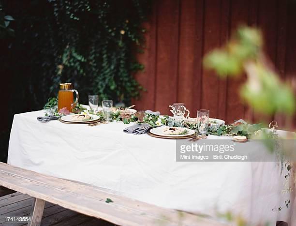 un tavolo posto per un pasto speciale. inserire impostazioni, con - provo foto e immagini stock