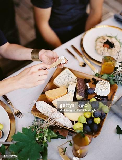 Ein Tisch entspannt mit einem weißen Tuch und Geschirr