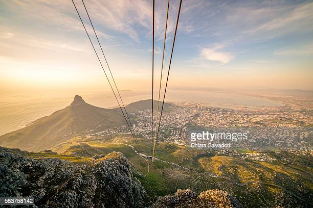 table mountain aerial cableway in cape town - republik südafrika stock-fotos und bilder