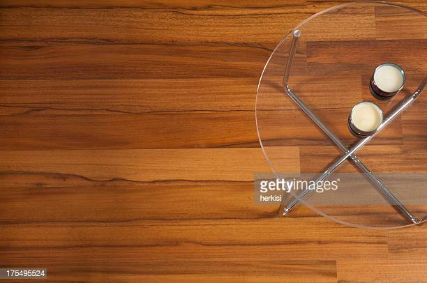 テーブルに硬質の木製フロアー
