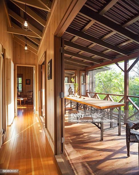 table on veranda - パホア ストックフォトと画像