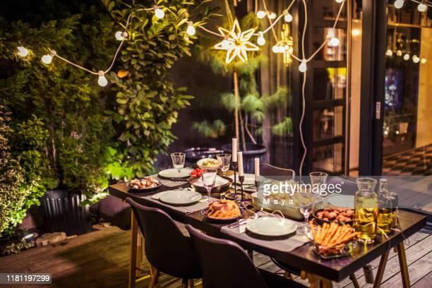 table prête pour le dîner - invité photos et images de collection