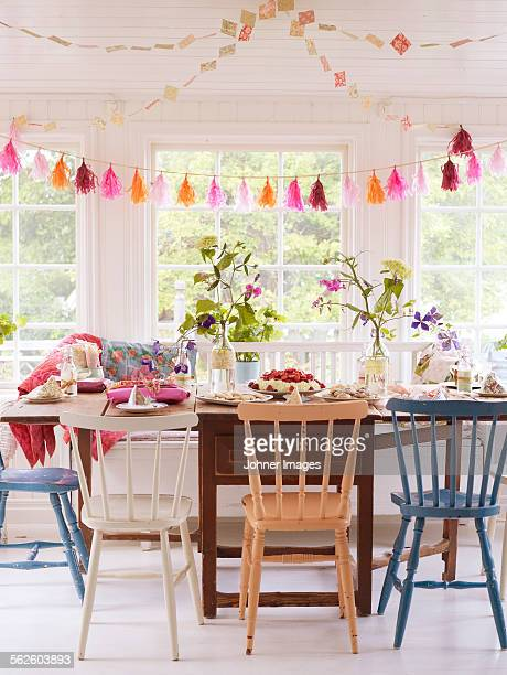 table set for party - garland decoration stock pictures, royalty-free photos & images