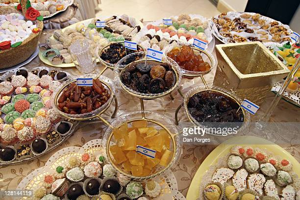 table setting of sweets and dishes with one bowl in the middle and five bowls hanging all filled with various jams for the holiday mimouna, traditional north african jewish celebration held the day after passover. jerusalem. israel. - mimouna photos et images de collection