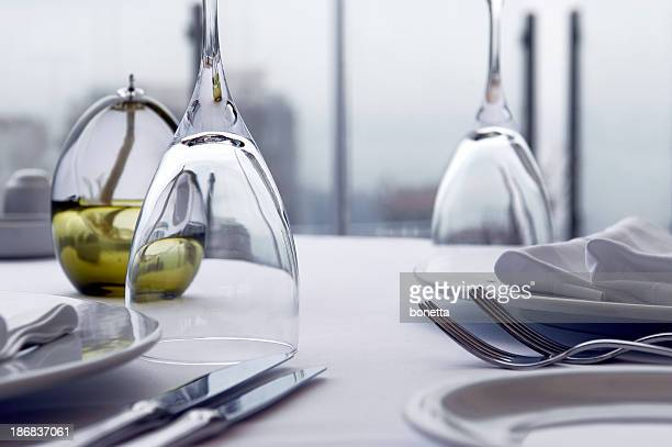 table setting - glas serviesgoed stockfoto's en -beelden