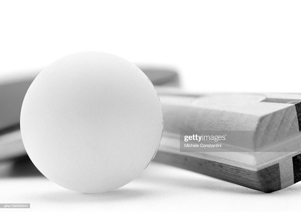 Table tennis paddle and ball, close-up, b&w. : Stockfoto