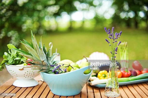 テーブル、果物と野菜