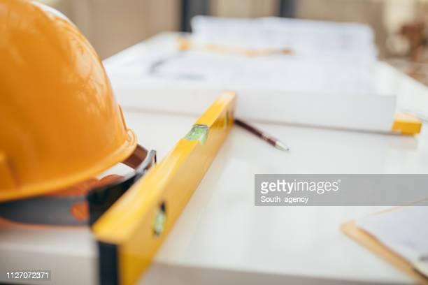 tavolo con elmetto e cianografie - realizzazione foto e immagini stock
